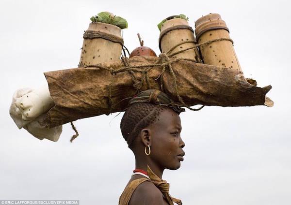 """Phụ nữ bộ lạc Bodi bị thu hút bởi đàn ông bụng béo. Vì thế, mặc dù không có giải thưởng nào dành cho """"người đàn ông có vòng 2 to nhất"""", lễ hội vẫn thu hút rất nhiều người tham gia với hy vọng chiếm giữ sự chú ý từ những người phụ nữ."""