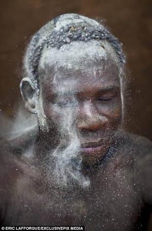 Vào ngày lễ, người đàn ông sẽ che phủ cơ thể bằng đất sét và tro bụi trước khi bước ra từ túp lều của họ.