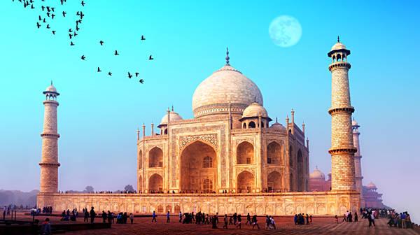 Taj Mahal được xây dựng bằng năng lượng của một tình yêu vĩnh cửu, in dấu mãi mãi với thời gian.