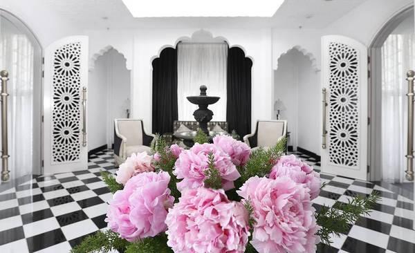 Bên trong lâu đài Tajmasago của Khải Silk thường xuyên trưng loại hoa piony, biểu tượng cho tình yêu vĩnh cửu