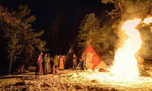 Mọi người đốt lửa trại, ca hát nhảy múa cùng nhau trong đêm cuối cùng trên rừng taiga trước ngày chia tay quay đầu xuống núi. Người Mông Cổ thường rất tự hào khi hát tập thể các bài hát ca ngợi vẻ đẹp thiên nhiên đất nước, và tình yêu cha mẹ.