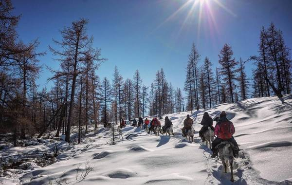 Để đến với bộ lạc Tsaatan, khách phải cưỡi ngựa xuyên qua rừng taiga tràn ngập băng tuyết.