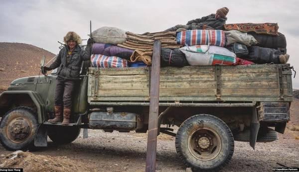 Trước chuyến di cư, đồ đạc cồng kềnh và quá khổ sẽ đến địa điểm trước và chở bằng xe tải. Các thợ săn và đàn gia súc sẽ vượt núi đến sau.