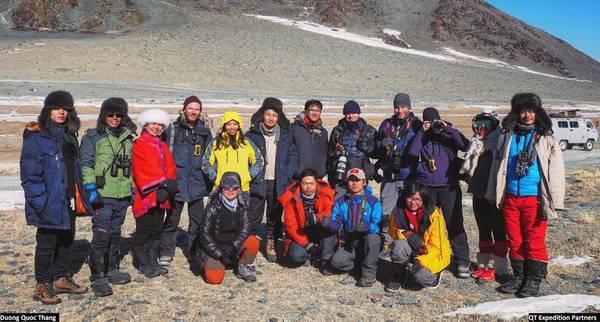 """Đoàn khách Việt Nam chụp ảnh kỷ niệm với đoàn làm phim tư liệu của nhiếp ảnh gia Timmothy Allen, cộng tác viên của BBC trong series phim tài liệu nổi tiếng """"Human Planet"""". Phần nói về thảo nguyên và nền văn hóa Kazakh đi săn bằng đại bàng được quay ở Mông Cổ vào năm 2010."""