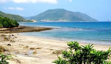 Côn Đảo đón cả nhóm với những ngọn núi hùng vĩ, bờ cát tuyệt đẹp, làn nước biển xanh màu ngọc bích.