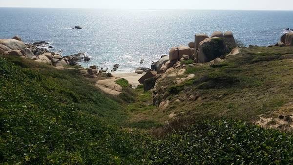 Những bãi biển hoang sơ không một bóng người. Ảnh: Tiên Trịnh