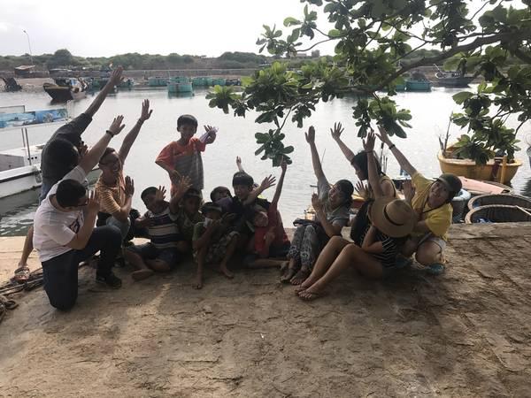 Quậy với đám nhóc ở làng chài trong lúc chờ tàu xuất bến. Ảnh: Toàn Ngô