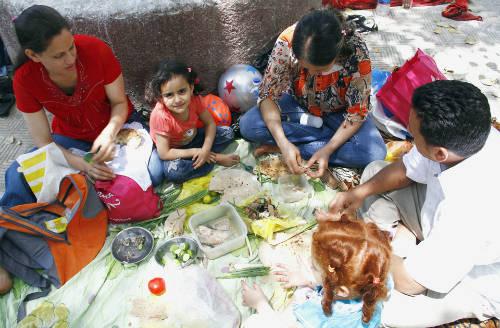 Một gia đình Ai Cập thưởng thức fesikh vào lễ hội mùa xuân theo truyền thống. Ảnh: Ahram.