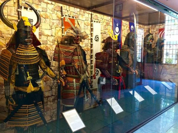 Trang phục và vũ khí của Shogun - Nhật (góc trái).
