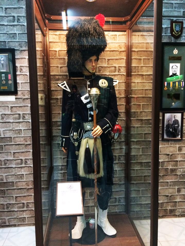 Trang phục của người Anh thường mặc váy, có túi da phía trước và cây quyền trượng thể hiện người dẫn đầu đoàn diễu hành. Sở dĩ những trang phục quân đội diễu hành sặc sở là bởi thu hút những lớp trẻ gia nhập vào quân đội, một phương thức chiêu mộ quân đội đầy thú vị.