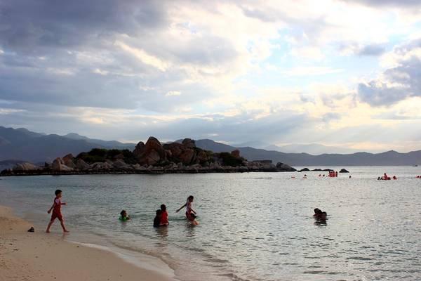 Bãi Nhà Cũ có ít người tắm vì nhiều đá nhỏ, nhưng là một bãi biển rất đẹp với nước biển trong, cát trắng mịn và còn khá hoang sơ. Dịch vụ ăn uống ở bãi tắm này cũng ít hơn nhiều so với bãi Nồm. Nhưng dịch vụ trên biển khá đa dạng. Bạn có thể trải nghiệm cảm giác mạnh như lái môtô nước, cưỡi phao chuối với giá 100.000 đồng/lượt.