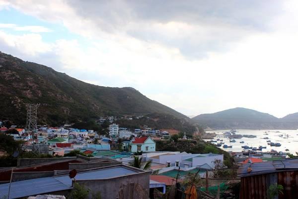 Trên đảo có gần 1.000 hộ dân. Ngoài nuôi trồng thủy sản và đi biển, người dân còn mưu sinh nhờ vào kinh doanh phát triển du lịch.
