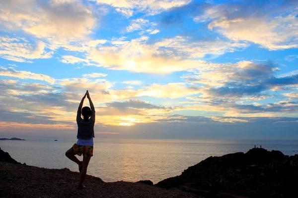 Bình Ba là một trong những nơi đón bình minh đầu tiên của Việt Nam. Muốn chiêm ngưỡng cảnh mặt trời ló rạng tuyệt đẹp ở nơi này, bạn hãy dậy từ 4h, đến bãi Chướng. Để ngắm cả vùng biển rộng lớn lúc mặt trời ló rạng, bạn hãy đi lên phía cao đỉnh núi.