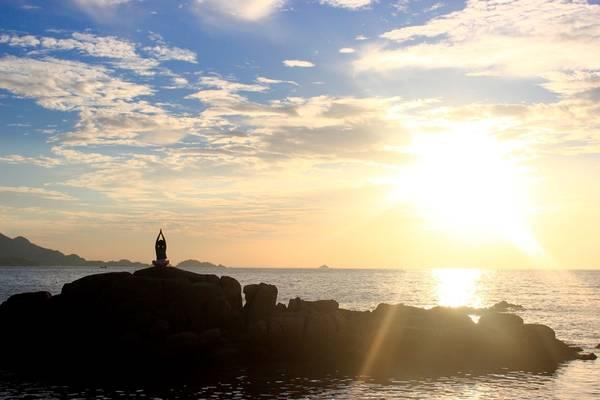 Mặt trời nhô lên dần dần, đỏ rực cả một vùng nước vùng trời, trên cao là đám mây trắng xen giữa nền trời xanh thẳm, nước biển ngắt xanh. Quả là khoảnh khắc ảo diệu, mê đắm lòng du khách.