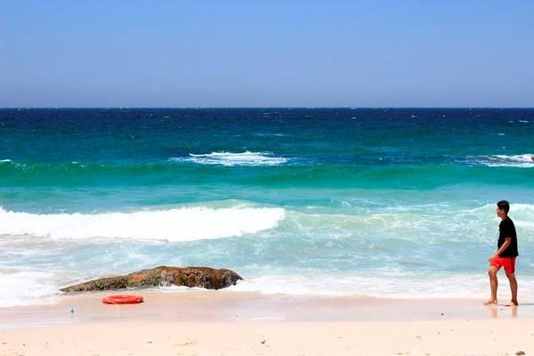 Bình Ba sở hữu 3 bãi tắm chính là Nhà Cũ, Nồm và Chướng. Bãi Nồm nằm ở phía nam đảo, nên bạn không thể ngắm hoàng hôn hay bình minh ở đây. Bãi Nồm được hai dãy núi ôm sát hai bên tạo thành một hình vòng cung quanh năm êm sóng, lại thêm cát mịn. Tầm 16h, trời tắt nắng, khách du lịch và dân địa phương ra tắm rất đông vui. Những ai thích cưỡi sóng thì bãi Nồm là địa điểm lý tưởng, vì sóng ở đây khá lớn. Tuy là bãi tắm được ưa chuộng nhất trên đảo, bãi Nồm có khá nhiều đá ngầm.