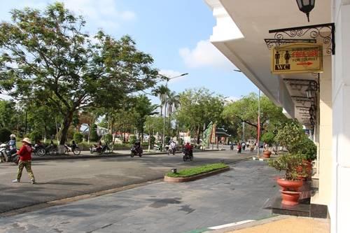 """Khách sạn Sài Gòn Morin trên đường Lê Lợi gắn bảng """"nhà vệ sinh miễn phí"""" cho khách du lịch và người dân. Ảnh: Võ Thạnh."""