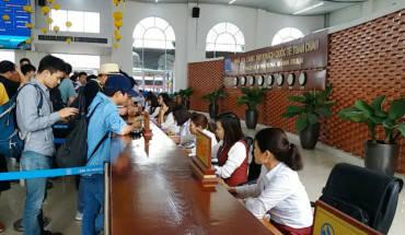 Du khách mua vé tham quan vịnh Hạ Long tại nhà ga cảng tàu quốc tế Tuần Châu - Ảnh: Đức Hiếu