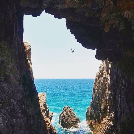 Hang đá do sóng biển và kiến tạo ở Mũi Rồng. Ảnh: _abluemay_