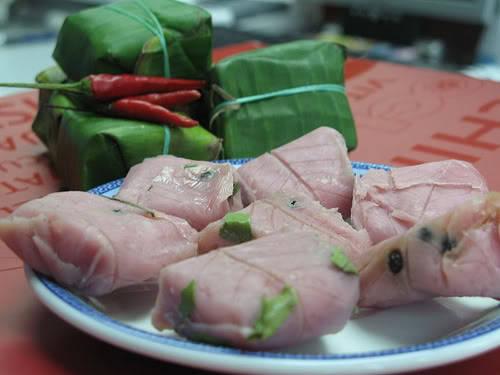 Nem chợ Huyện có thể ăn với rau thơm, cuốn với bánh tráng hoặc chấm nước mắm pha loãng với đậu phộng giã nhỏ thêm đường và tỏi, ớt. Ảnh: Trung tâm thông tin xúc tiến Du lịch Bình Định.