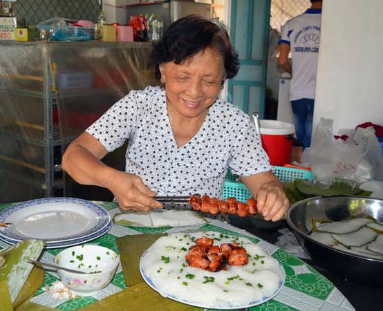 Nghệ nhân Châu Kim Thuận đang xếp bánh hỏi phục vụ du khách.