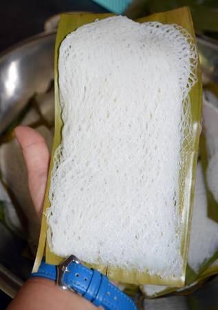 Bánh hỏi mặt võng được xếp thành từng xấp với 4 miếng bánh.