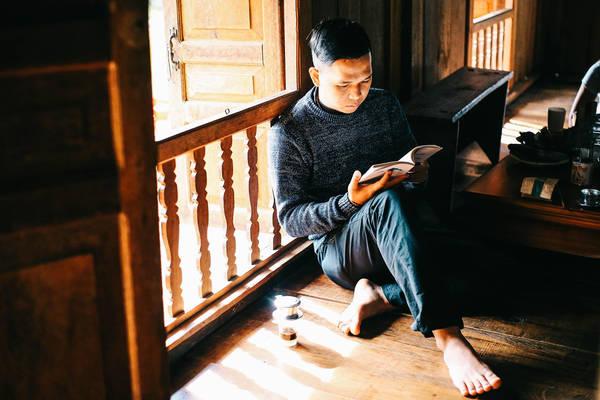 Uống cafe và đọc sách ở Sàn Homestay.
