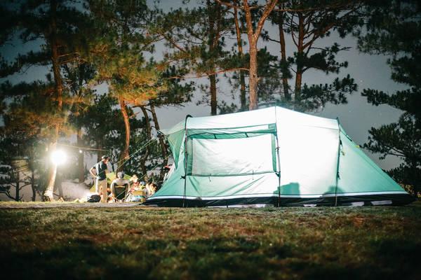 Dựng lều đốt lửa trại ăn uống ở trên đồi.