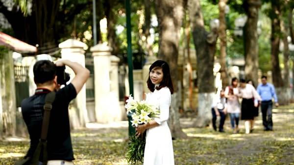 Sẽ thật thiếu xót nếu không miêu tả vẻ đẹp Hà Nội lại không nhắc đến những thiếu nữ trong tà áo dài trắng, cầm bó hoa loa kèn thướt tha bước đi giữa những con đường ngập lá vàng.
