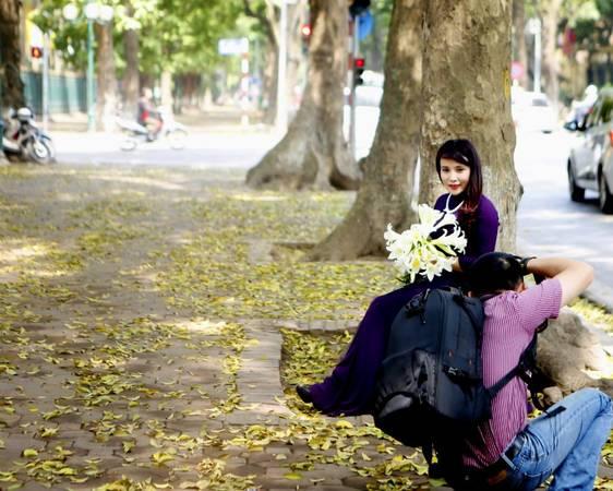 Năm nào cũng vậy, cứ mùa lá vàng rơi, người người, nhà nhà lại rủ nhau ra phố Phan Đình Phùng ghi lại những khoảnh khắc đẹp.