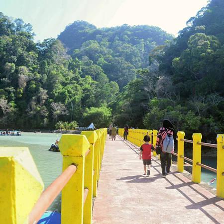 Để tới đây, tốt nhất bạn nên mua tour từ đảo lớn Langkawi, với thời lượng là 3,5 giờ cả đi lẫn về. Du khách sẽ di chuyển bằng những chiếc thuyền nhỏ từ 8-12 người, tới nơi được hướng dẫn tham quan, vui chơi.