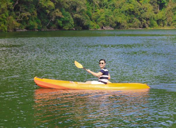 MC Nguyên Khang cũng vừa tham gia tour này trong chuyến đi Malaysia mới đây. Anh tham gia chèo thuyền kayak để khám phá phong cảnh của toàn bộ khu danh thắng.