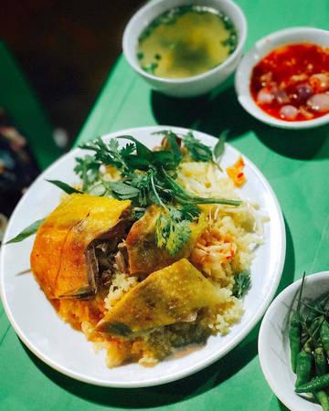 Cơm gà Phú Yên vốn nổi tiếng là thơm ngon. Nàng hậu cũng không không bỏ lỡ việc ăn thử dĩa cơm gà khi đến đây. Dĩa cơm gà này ở bên hông chợ Tuy Hòa, với giá từ 15 đến 25 ngàn/ suất. Bên cạnh cơm gà, hông chợ Tuy Hòa còn có nhiều quầy trái cây rất rẻ.