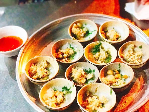 Món bánh bèo chén cũng thuộc dạng ngon có tiếng ở Xứ Nẫu. Mỹ Linh đã nếm món này ở quán cô Mai - một quán ăn nổi tiếng lâu đời dưới chân tháp Nhạn. Một khay bánh bèo 10 chén chỉ 15 ngàn mà thôi.