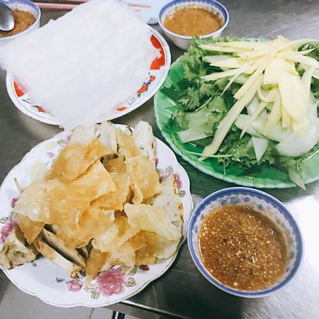 """""""Ngon xuất sắc"""" là cụm từ mà nàng hoa hậu dành cho món nem cuốn và chả dông nổi tiếng của Phú Yên. Theo bật mí của Mỹ Linh thì cô ăn món này ở ngã 4 Nguyễn Công Trứ cắt Trần Quí Cáp."""