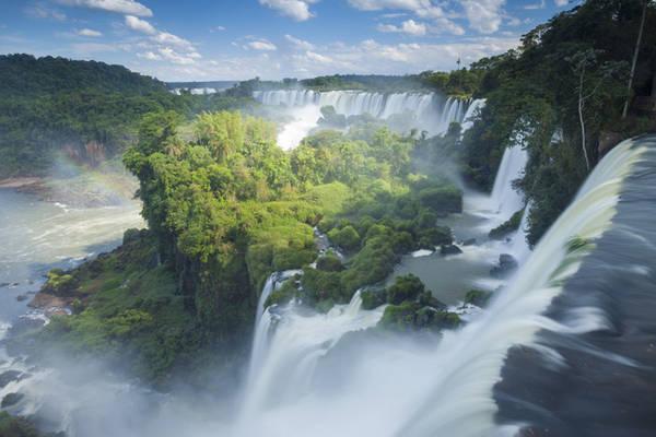 1. Thác Iguaza nằm trên biên giới giữa Argentina và Brazil được UNESCO công nhận di sản văn hóa thế giới. Khung cảnh hùng vĩ của những cánh rừng rậm rạp nằm giữa dòng thác ào ạt cũng góp một phần lớn trong việc làm nên vẻ đẹp của nơi đây.