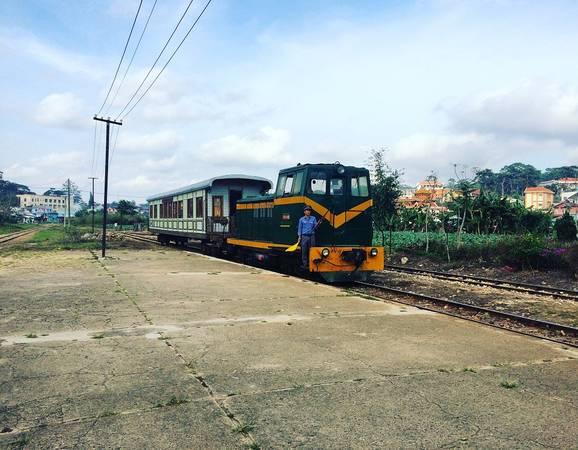 Một chuyến tàu vừa đưa hành khách từ Trại Mát quay về.