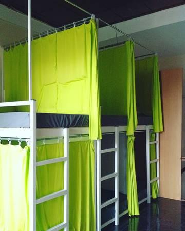 Mỗi dorm trang bị như màn che, đèn, tủ để đồ riêng và ổ cắm điện tạo không gian riêng tư cũng như thoải mái đến cho khách lưu trú nơi đây.