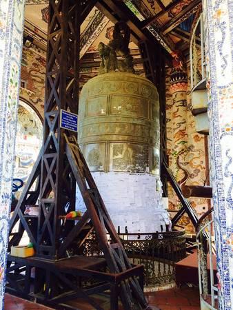 Trên tháp treo quả Đại Hồng Chuông 36 m được xem là quả chuông nặng nhất Việt Nam, các bạn có thể ghi những lời nguyện lên giấy và dán lên chuông rồi ngân lên một tiếng chuông thành tâm cầu nguyện.