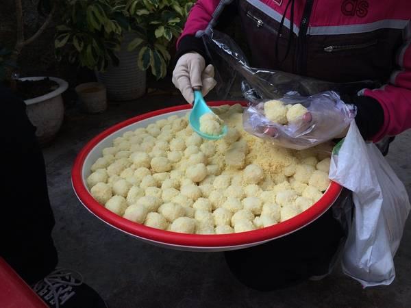 Bánh dày ngọt - cũng giống với bánh dày mặn, bánh dày ngọt (20.000 đồng/10 cái) dẻo dẻo, dai dai thêm nhân đậu xanh hoặc nhân dừa, hương vị trở nên thơm và bùi.