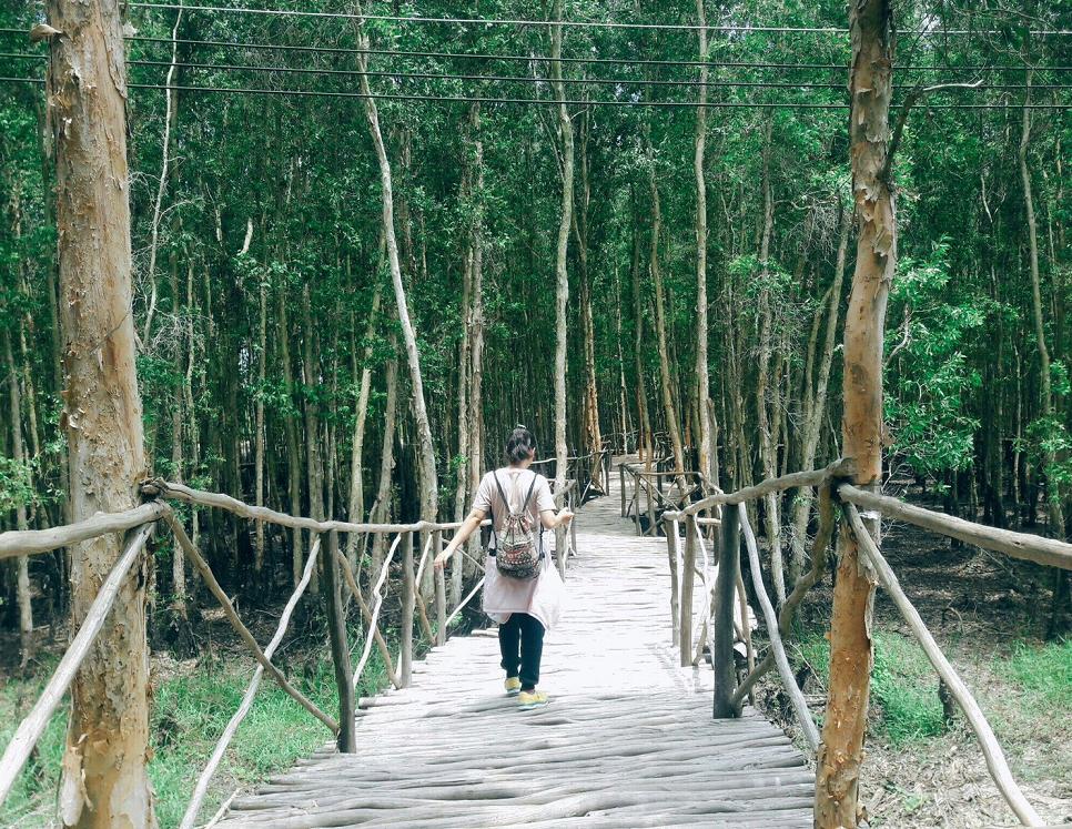 Cây cầu gỗ dẫn qua Hồ Bán Nguyệt được đóng và ghép bởi nhiều cây gỗ băng qua con kênh rất mộc mạc. Đây là một điểm hấp dẫn mà theo nhóm thấy bất cứ ai khi đến với làng nổi cũng nên ghé qua một lần.