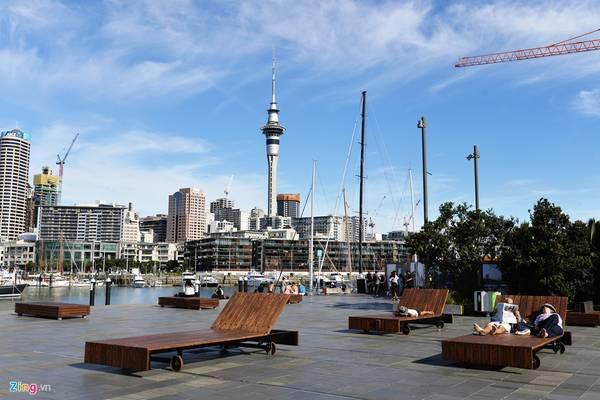 Được xếp hạng là thành phố đáng sống thứ 3 trên thế giới, Auckland nhiều năm qua nổi lên là một trung tâm đa văn hoá, hội tụ tinh hoa ẩm thực, âm nhạc, nghệ thuật và lối sống quốc tế.