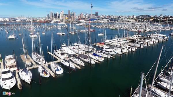 Auckland còn được mệnh danh là Thành phố của những cánh buồm (City of sails), vì môn chơi du thuyền thể thao nơi đây rất phát triển. Mỗi ngày có hàng nghìn con tàu xếp hàng đỗ tại cảng trung tâm.