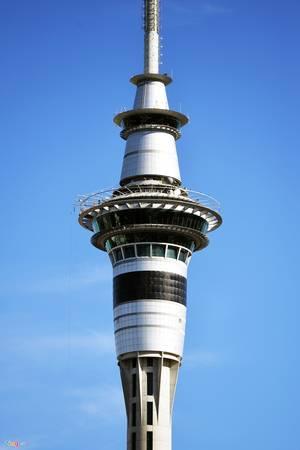 Toạ lạc ngay trung tâm thành phố là Sky Tower cao 328 m. Tại đây có nhiều hoạt động vui chơi giải trí gồm các hệ thống khách sạn, nhà hàng, sòng bạc, đặc biệt là trò chơi mạo hiểm nhảy bungy từ độ cao trên 300 m.