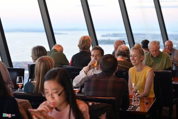 Tòa tháp cũng là biểu tượng của Auckland trong hơn 20 năm qua. Vào mỗi buổi chiều, nơi đây rất đông du khách đến ăn uống ngắm cảnh toàn thành phố. Khu nhà hàng nằm tại tầng 53 của tòa tháp được thiết kế tự xoay 360 độ giúp mọi người chỉ cần ngồi một chỗ quan sát trọn vẹn Auckland từ độ cao 300 m.