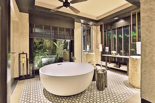 Phòng tắm trong villa với những cánh cửa sổ lớn với vườn cây bên ngoài làm cho không gian thoáng mát và cá tính hơn.