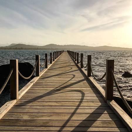 Chiếc cầu tàu hướng thẳng ra biển