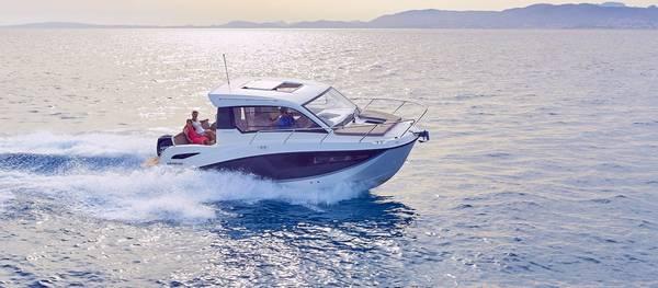 Tại Nam Nghi phát triển các dịch vụ biển đặc biệt của resort như: tour ngắm vịnh Vũng Bàu bằng du thuyền, đi tàu câu cá đại dương, lặn ngắm san hô, khám phá đảo hoang…