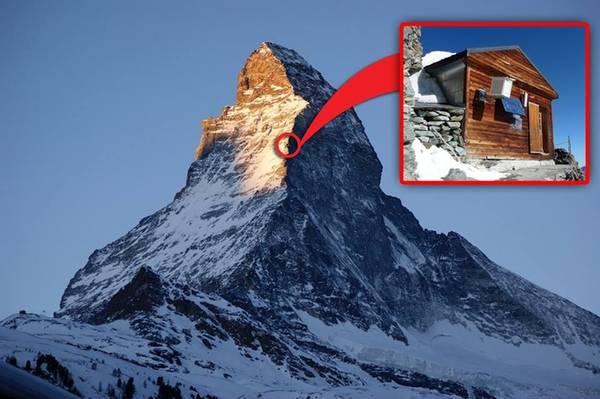 """Solvay hut là ngôi nhà nhỏ bằng gỗ, nằm trên độ cao hơn 4.000 m của dãy Matterhorn, gần Zermatt, bang Valais, Thụy Sĩ. Nó luôn được nhiều du khách nhớ đến với biệt hiệu """"chòi gỗ cô đơn và cao nhất thế giới""""."""