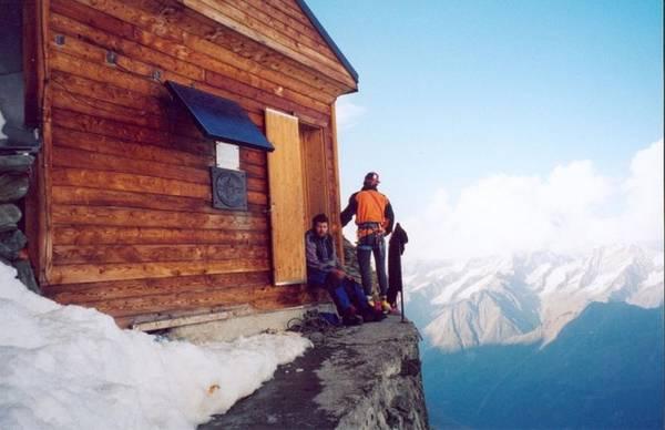 Solvay cũng nhận ra sự nguy hiểm đến tính mạng với những nhà leo núi khi gặp thời tiết xấu. Do đó, khi về hưu ông đã quyên tiền để tài trợ xây dựng một căn nhà trên núi, nhằm hỗ trợ những du khách leo núi có chỗ nghỉ ngơi an toàn.