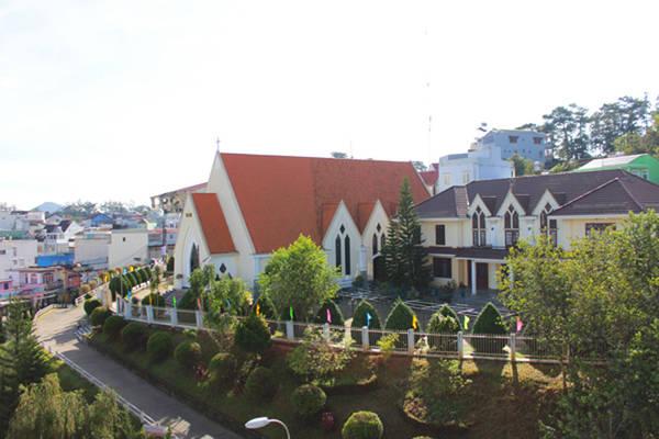 Thử tài tay lái lên Dốc Tin Lành, bạn sẽ nhận được tầm nhìn toàn cảnh  của thành phố Đà Lạt. Ảnh: didalat.